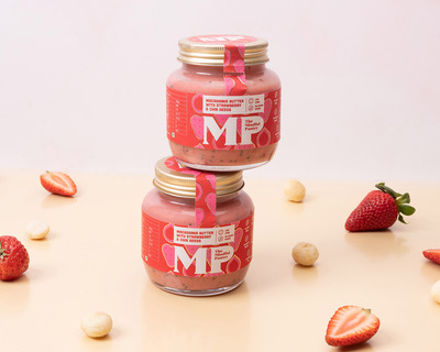 Macadamia butter with strawberry and chia seeds thumb